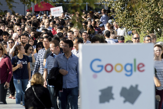 加州山景市谷歌(Google)總部去年底有些雇員因不滿資方對高層涉嫌性侵犯一事處理不當,發起罷工抗議。(美聯社)