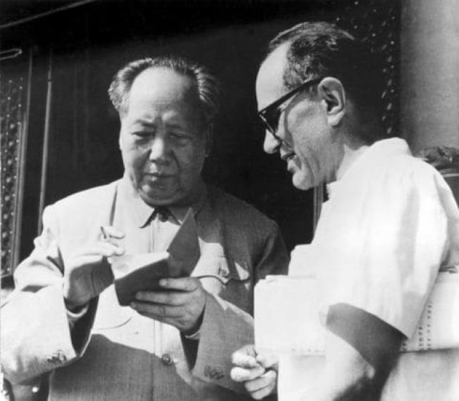 李敦白1966年請毛澤東為「毛主席語錄」簽名的合影,曾刊登在中國官媒人民日報。(取材自人民網)