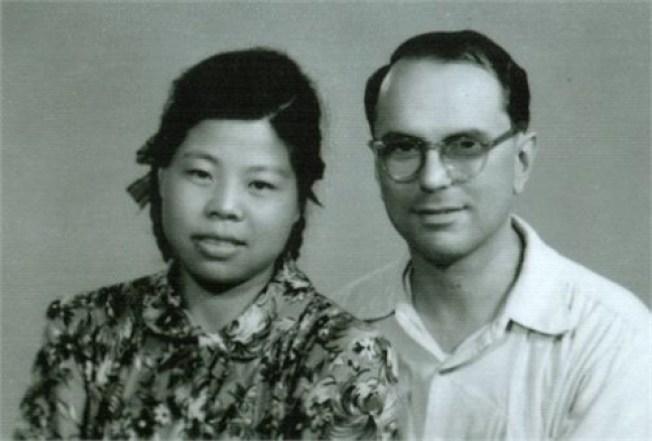 李敦白和妻子王玉琳。(取材自觀察者網)