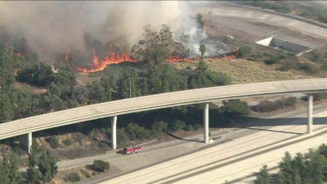 洛杉磯鷹石地區25日午後發生野火。(KTLA)