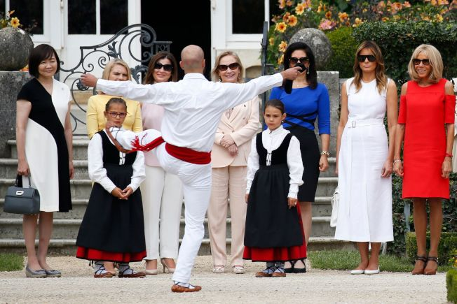 G7夫人逛花園看表演。(Getty Images)