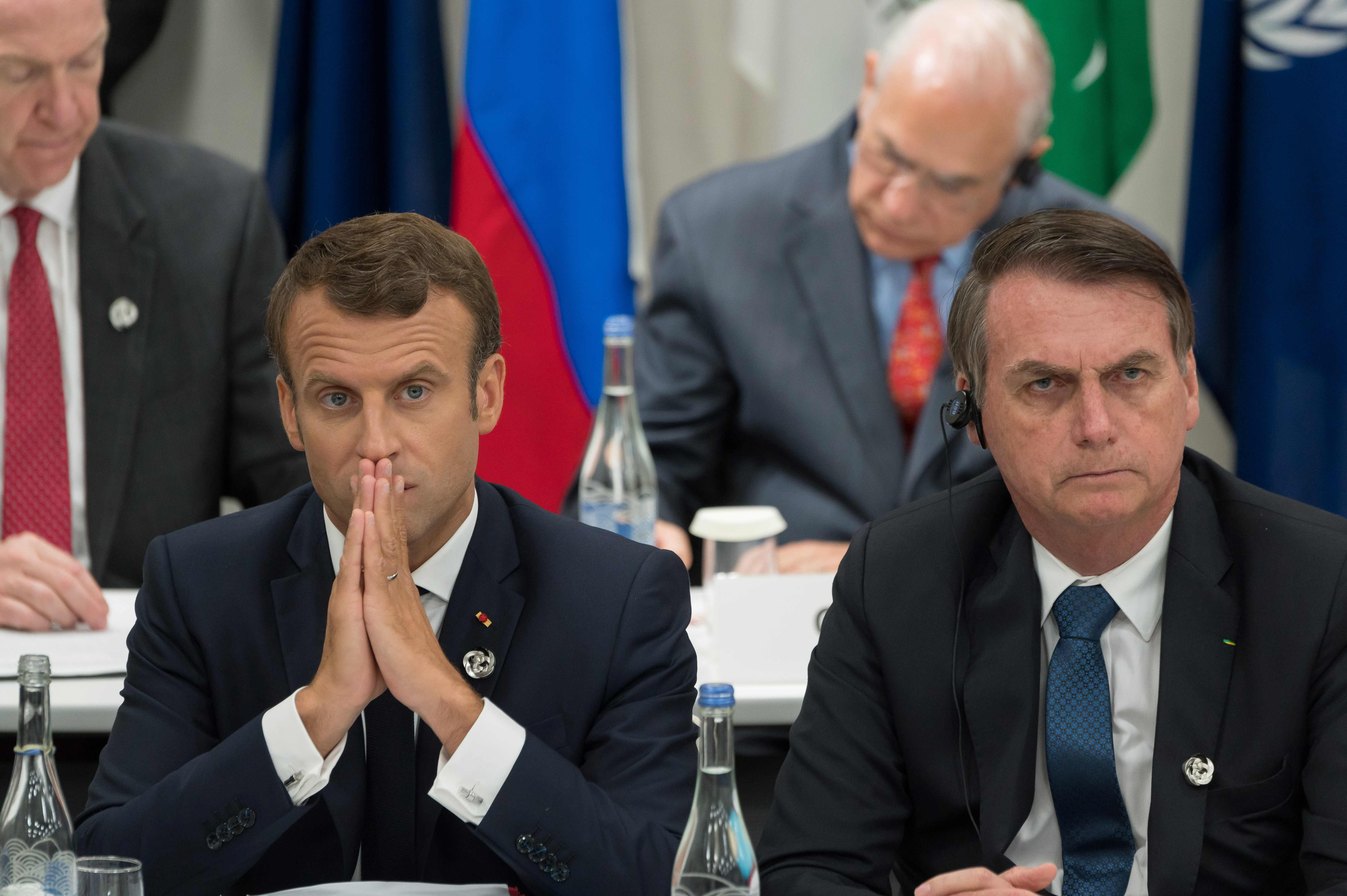 因為亞馬遜熱帶雨林大火的認知與處理方式不同,巴西總統波索納洛(右)與法國總統馬克宏(左)之間互看不順眼。波索納洛甚至出言侮辱法國第一夫人,馬克宏公開表示不滿。圖為兩人今年8月出席G20大阪峰會,相鄰而坐。 (Getty Images)
