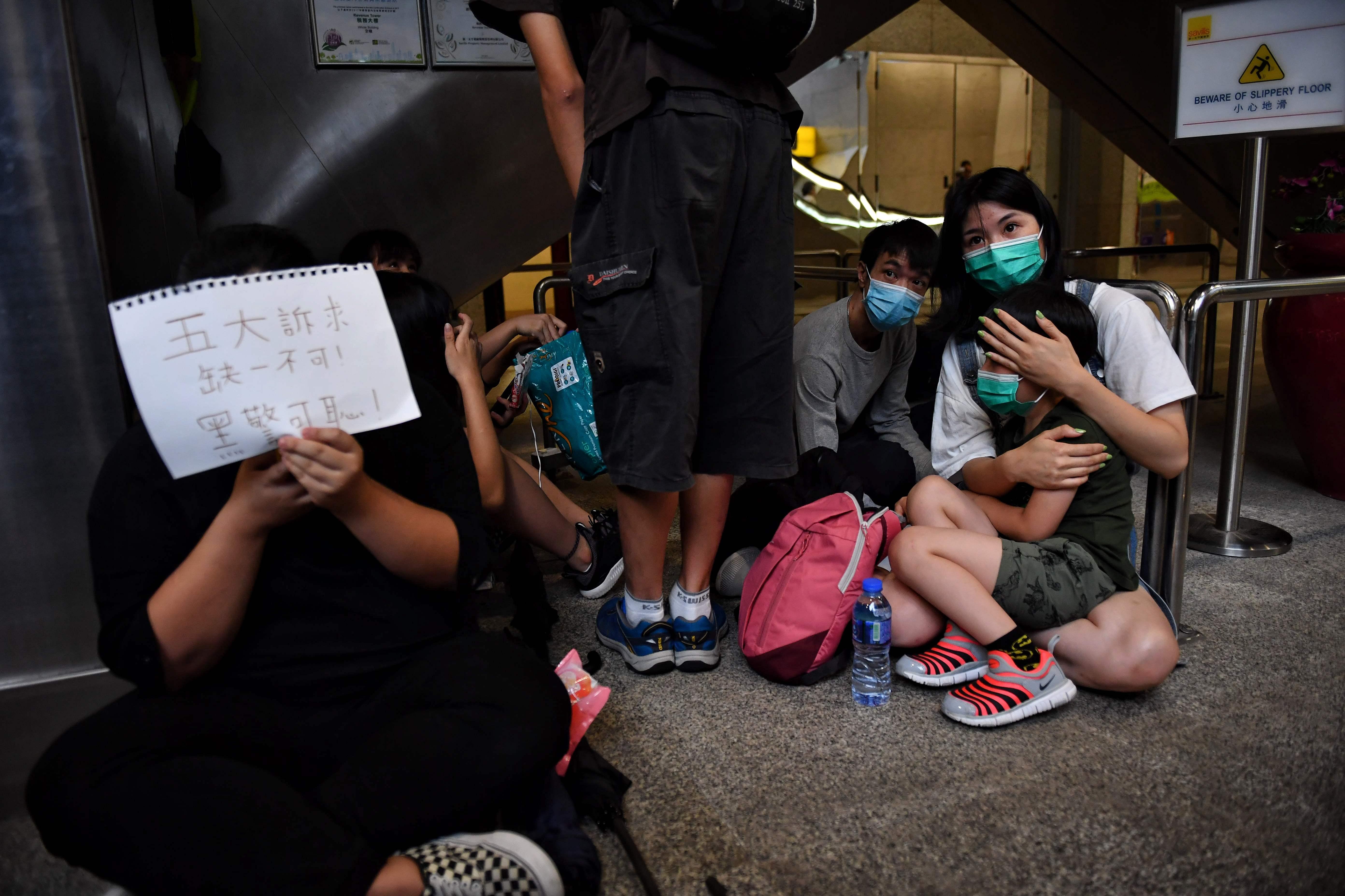 香港網民26日自發到稅務局內靜坐抗議,高舉「五大訴求,缺一不可」標語,促請港府回應。(Getty Images)