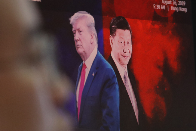 川普總統宣稱可動用緊急國安法規要求美國廠商撤離中國,但可能只是紙老虎的說法。(美聯社)