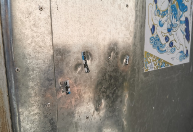 唐雪家大門上,至今留有被刀砍過的痕跡 。(取材自紅星新聞)