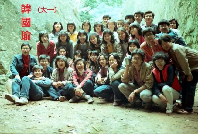 韓國瑜的大學同班同學貼出多張與韓國瑜的合照及畢業紀念冊照。(取材自黃國雄臉書)