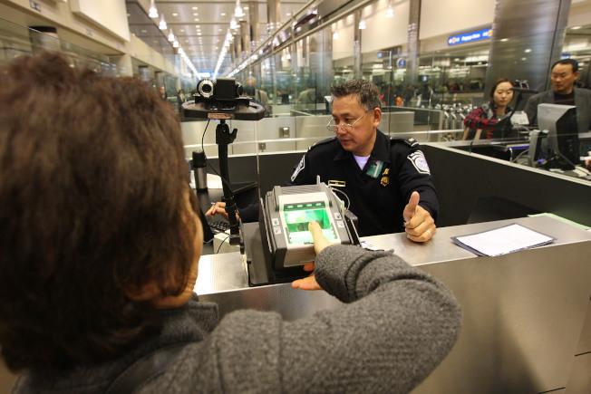 一名17歲哈佛大學新生,自黎巴嫰飛抵波士頓國際機場,準備入境時,被海關官員盤查近8小時後,遭到遣返。圖為海關在機場處理國際旅客入境。(Getty Images)