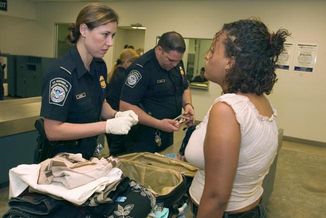 CBP官員檢查旅客行李情形。(CBP)