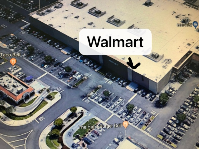 爾灣梵卡門大道的沃爾瑪停車場日前發現一名男子中槍身亡。(從谷歌地圖翻拍)