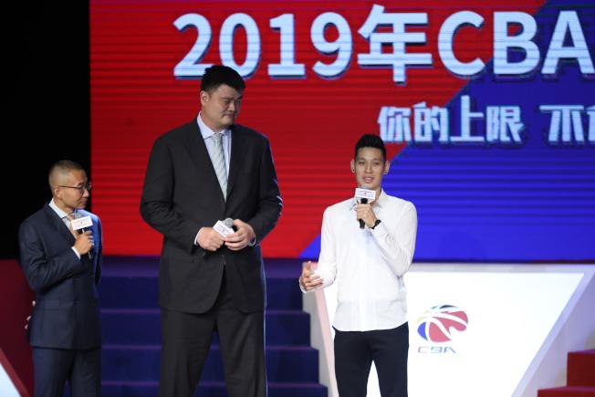CBA公司董事長姚明(中)與美職籃球星林書豪(右),上月底在上海舉行的CBA聯賽選秀大會現場。 (新華社)