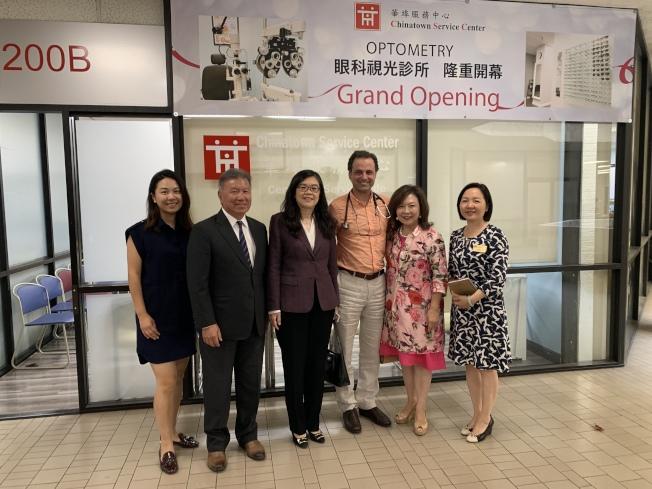 洛杉磯世界日報社長于趾琴(左三)受邀拜會華埠服務中心總部。(記者高梓原/攝影)