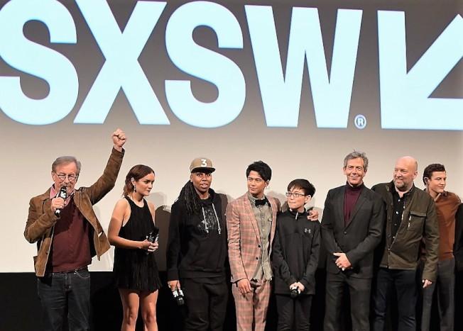 趙家正(左五)隨同劇組和史匹柏宣傳電影。(本報資料照片)