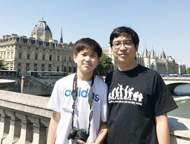 趙亮(右)、趙家正在巴黎塞納河。(趙亮提供)