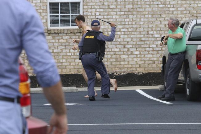 美國職棒小聯盟坦帕灣光芒隊投手畢文斯的妻子、兒子和岳母,27日在維吉尼亞州住所慘遭殺害。他18歲的小舅子伯納德已被控三款一級謀殺罪。圖為警方追捕全身赤裸的伯納德。(美聯社)