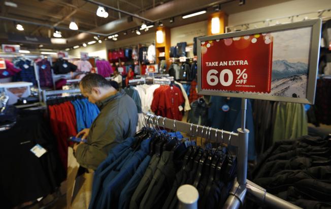 川普政府確定9月1 日對來自中國進口貨開徵新關稅,美國消費者將受到影響。圖為在柯多拉多州丹佛市的一家購物中心。(美聯社)