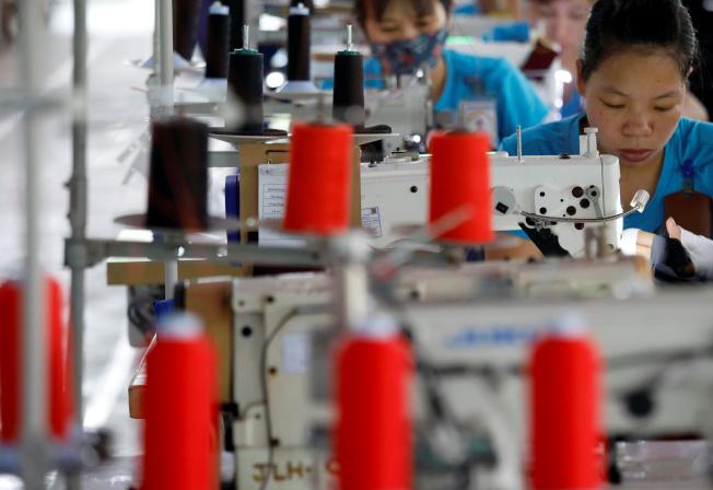 中美貿易戰牽引蘋果等科技巨擘著手將生產線遷往越南,但成衣與製鞋業者卻憂心越南當地土地與人力成本大增,紛紛放慢或停止擴張腳步。(路透)