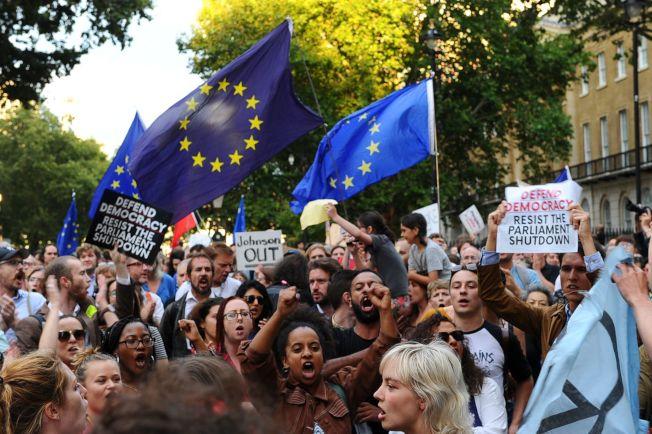 強生突襲暫關議會以進行硬脫歐,反對脫歐人士異常憤怒,大批民眾28日到首相官邸唐寧街10號示威抗議。(Getty  Images)