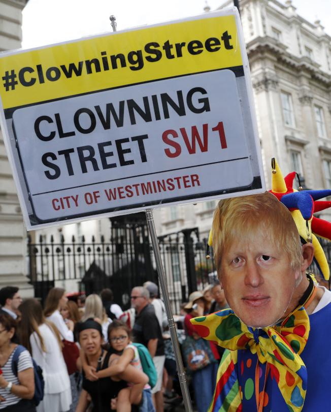 反對無條件脫歐的英國群眾,對新首相強生硬脫歐手法極為不滿,認為強生形同把首相一職當做小丑一樣兒戲。(美聯社)