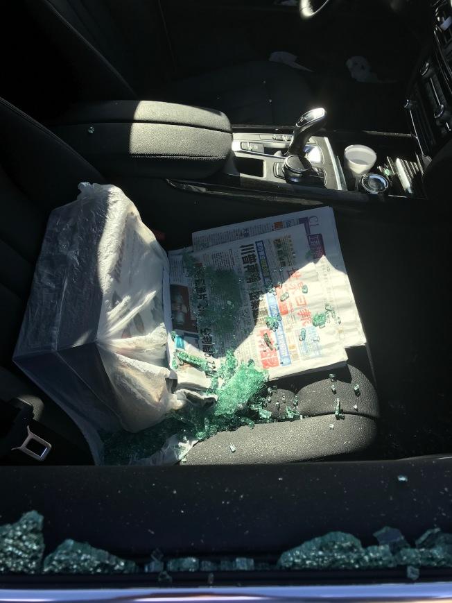 放在副駕駛座位上的包被搶走,玻璃散落座位上。(讀者提供)