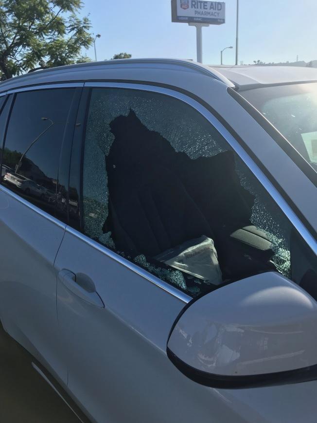 華婦被砸碎的車窗。(讀者提供)