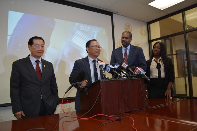 記者會現場,著名華人刑偵專家李昌鈺(左起)、律師鄧洪、民權律師Brian Dunn及Mary Essuman。(記者啟鉻/攝影)