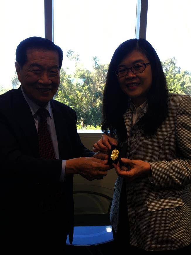 李昌鈺贈送世界日報社長于趾琴一枚警徽。(記者謝雨珊/攝影)