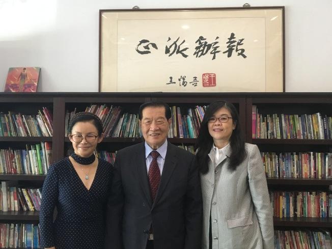 華裔著名偵探李昌鈺(中)及其夫人蔣霞萍(左)拜訪洛杉磯世界日報,社長于趾琴(右)接待。(記者謝雨珊/攝影)