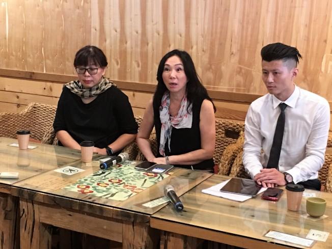 高雄市長韓國瑜妻子李佳芬(中)28日回到娘家雲林說明農舍事件,表示違建已拆,農舍賣給新買家,售價低於當初買價;她感慨說,因屋主叫李佳芬而背負原罪,無法被公平對待。(記者陳雅玲/攝影)
