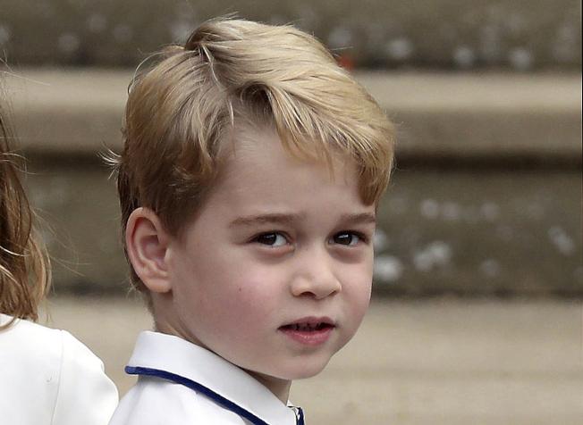 英國喬治王子與夏綠蒂公主就讀的小學有4名學童目前居家隔離,要等到檢驗結果揭曉。(美聯社)