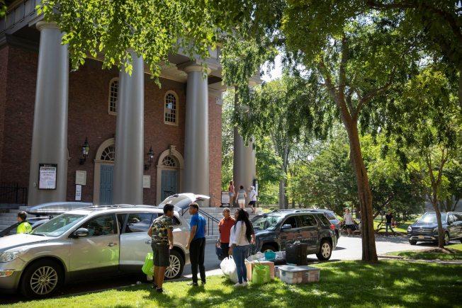 大學陸續開學,眾多學生搬入,圖為今年哈佛大學學生搬家日。(取自哈佛大學臉書)