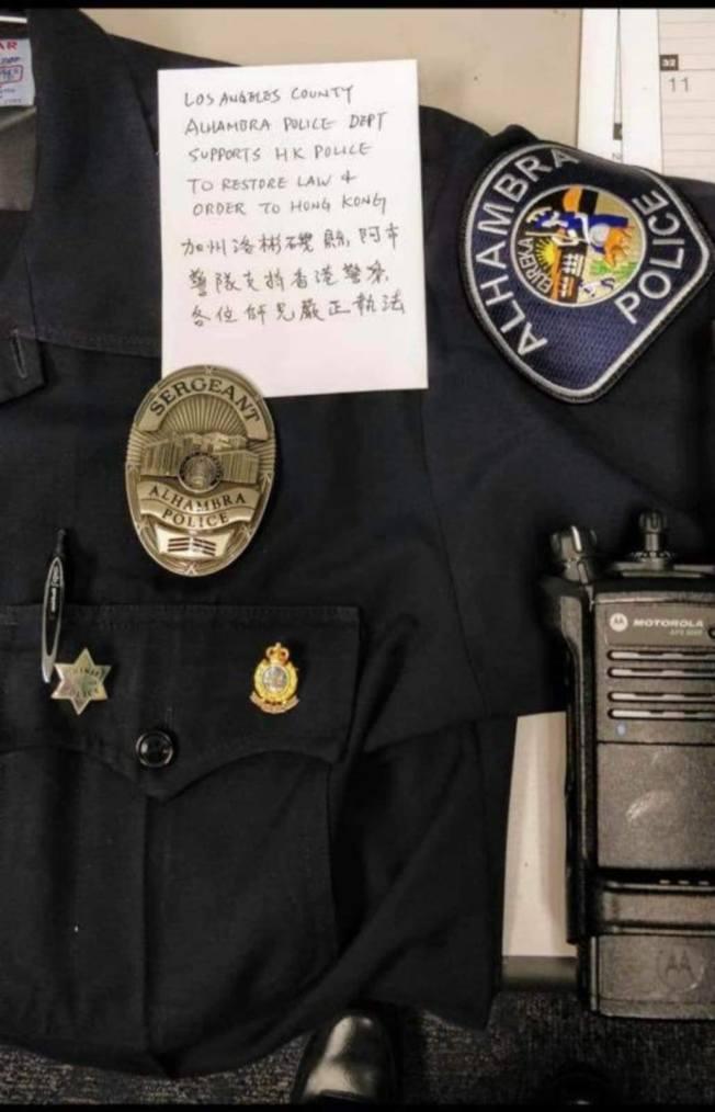 被傳閱的照片上有阿市警局的警佐頭銜警徽。(取自臉書)