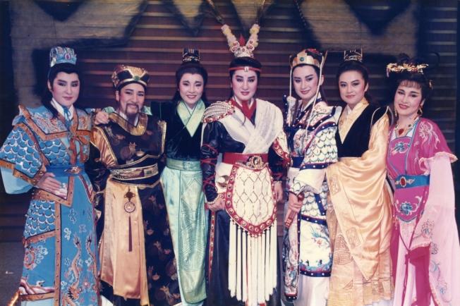 楊麗花(中)當年率歌仔戲團成員陳亞蘭(右三)、紀麗如(左三)演出「呂布與貂蟬」。(圖:麗生百合提供)