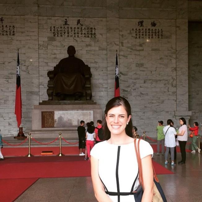 白宮秘書魏斯特荷因忠誠度受到質疑而離職,她曾在2015年4月隨共和黨代表到台灣出差,於台北中正紀念堂與蔣介石銅像合影留念。(翻攝 Instagram/@madwestt)