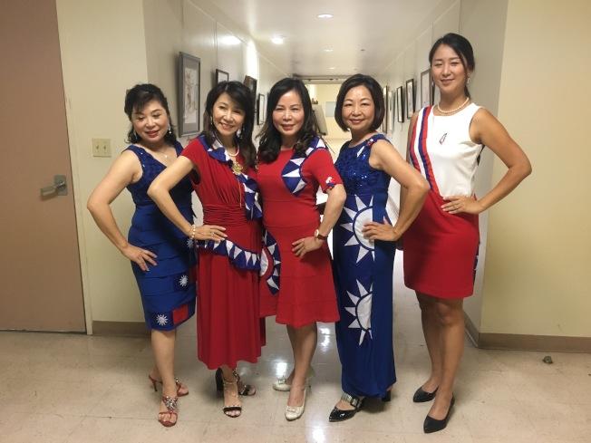 迎接中華民國雙十國慶,僑領們穿上「國旗」服。(記者謝雨珊/攝影)