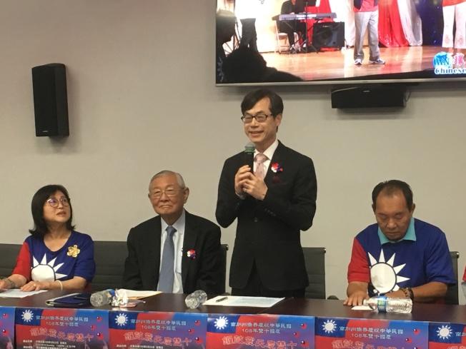 洛僑中心主任翁桂堂(右二)肯定南加全僑的愛國心。(記者謝雨珊/攝影)