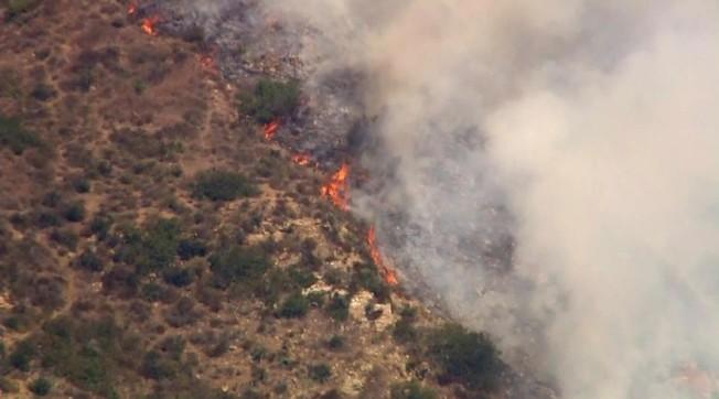 馬里布Pacific Coast Highway和Sweetwater Canyon路附近山火延燒。(KTLA截圖)