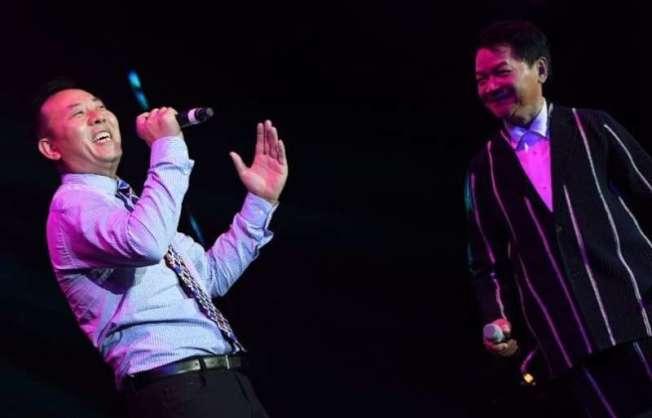 薛浩虎(左)曾和寶島歌王葉啟田(右)同台演出。(薛浩虎提供)