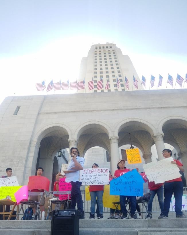 洛杉磯華埠公寓山景園20名房客30日聚集在洛杉磯市政府,反對房東漲房租。(主辦方提供)