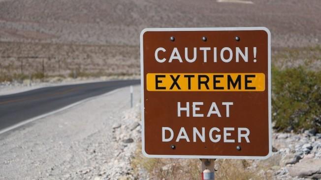 死亡谷國家公園路邊有極度炎熱警告標示。(國家公園局提供)