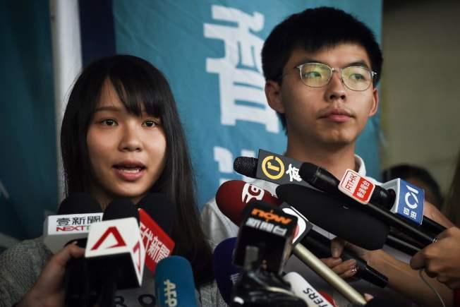 黃之鋒(右)與周庭(左)宣布退出「香港眾志」。(Getty Images)