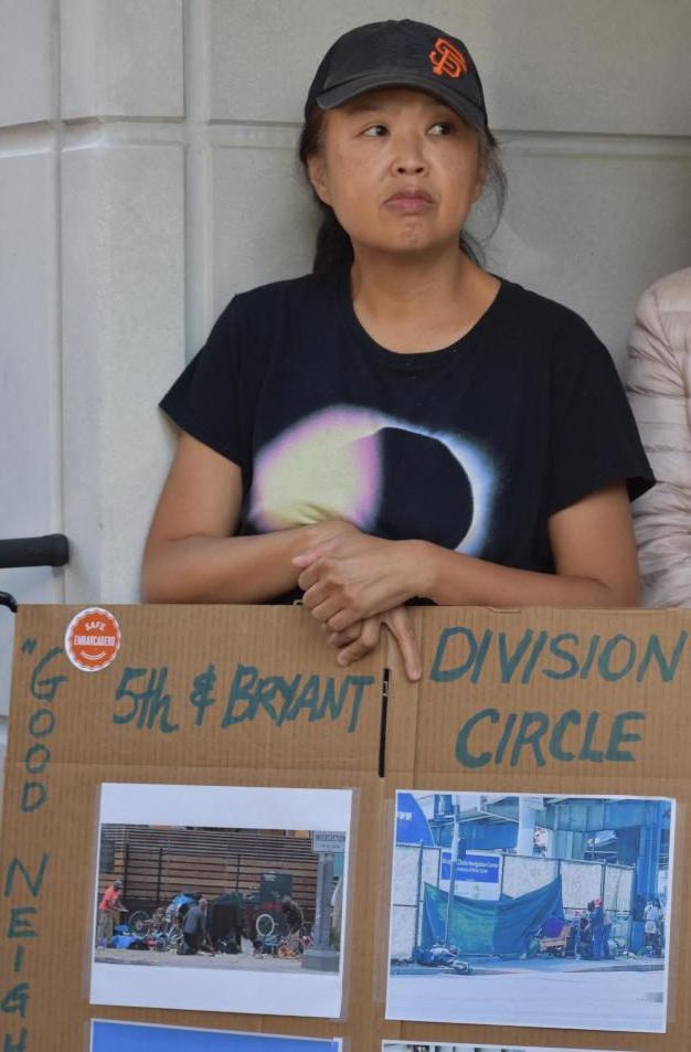 華裔業主林錦晴與被攻擊的柯莎尼安住在同一座公寓大樓,她出示其他遊民導航中心外遊民聚集的照片。(記者李秀蘭╱攝影)