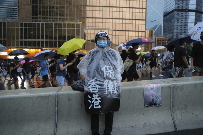 8/18遊行,一名示威者穿著「保衛香港」的衣服。美聯社
