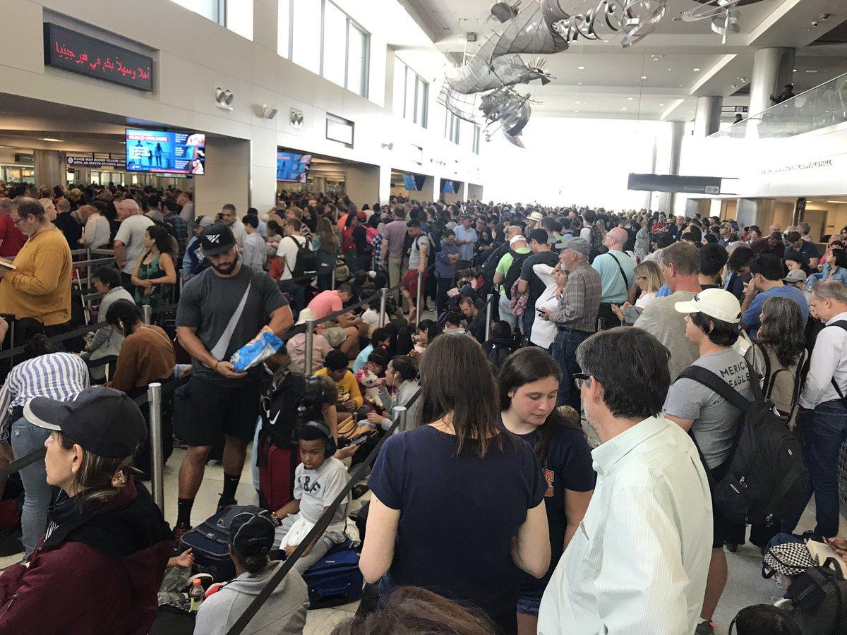 美國移民官員的電腦系統16日下午突然全面當機,導致入境旅客大排長龍。(取自推特)
