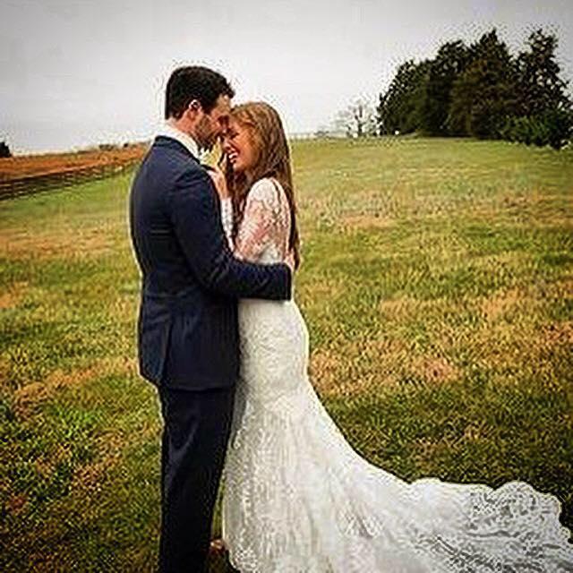 美國職棒小聯盟坦帕灣光芒隊投手畢文斯(左)與妻子在2016年結婚,昨日卻傳出家庭悲劇。(取自臉書)