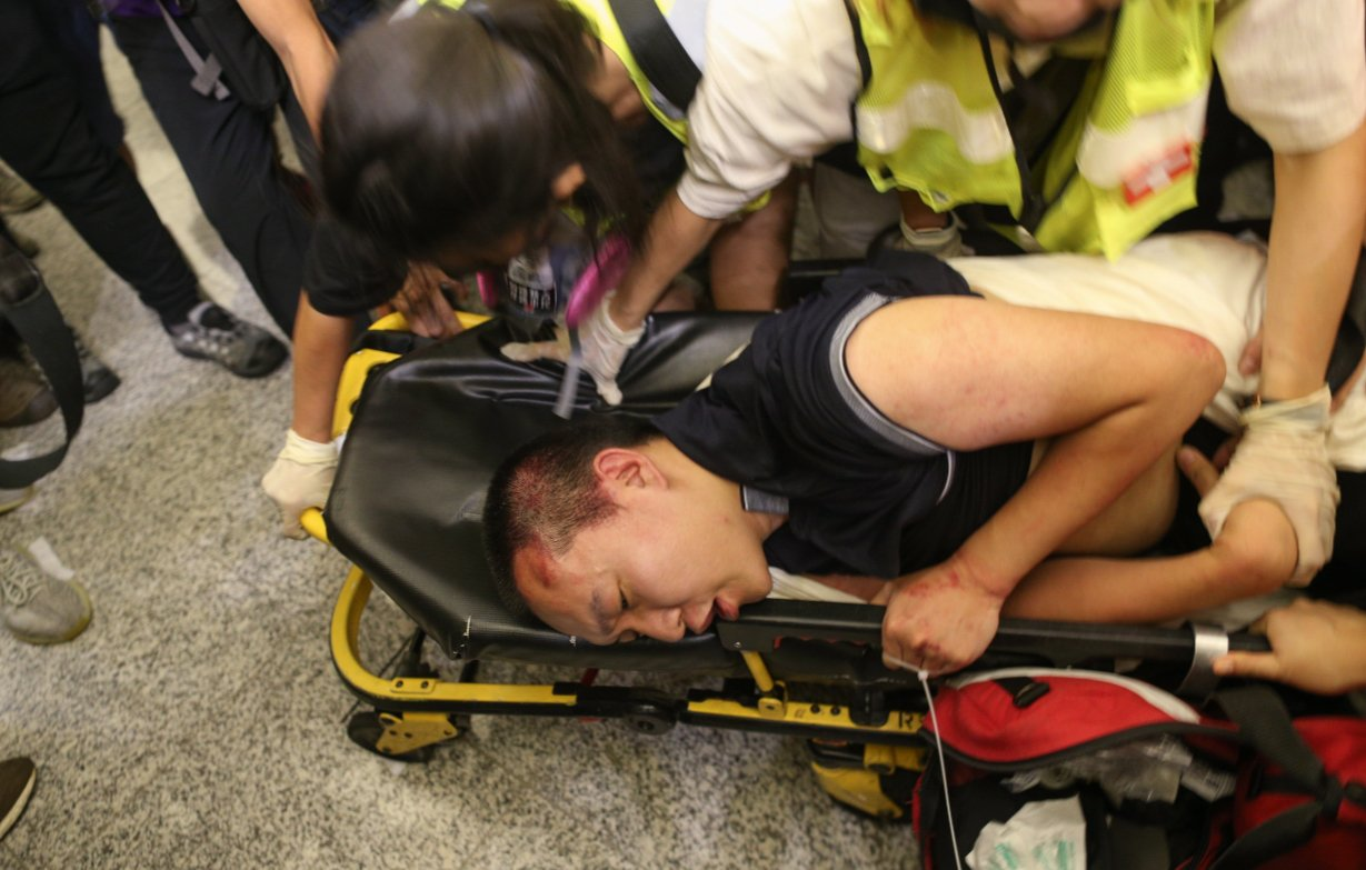 環球網記者付國豪遭圍困毆打,隨後被警方救出並送往醫院。 歐新社