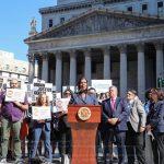 州檢察長辦公室與移民團體起訴ICE 停止在法院逮捕行為