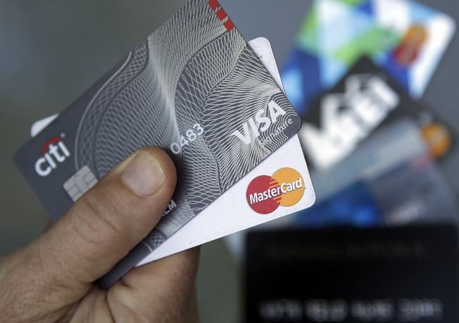 銀行業務專家指出,信用卡越早辦越好,學生辦理信用卡還有想不到的額外好處。(美聯社)