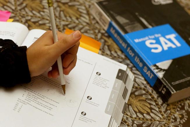 圖為高中學生準備SAT考試。(Getty Images)