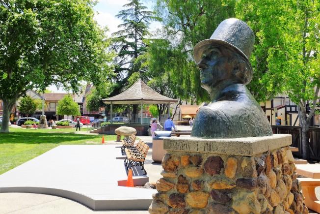 公園裡的安徒生銅像。他是丹麥國寶級作家,「安徒生童話」也是全世界最受歡迎的童話故事集之一。