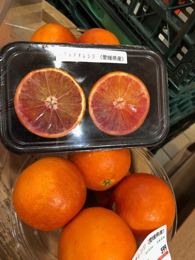 柑橘類的精油如血橙含有九成檸檬烯,研究發現這類精油用於嗅聞時,氣喘患者可能會有氣道過度反應的現象。圖為日本血橙。